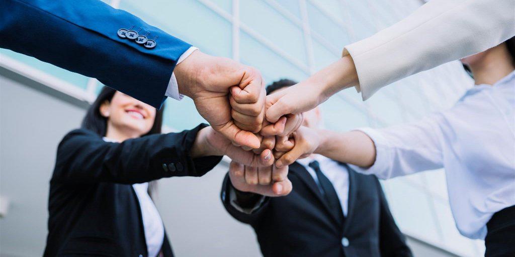 Un grupo de personas trabajando en equipo.